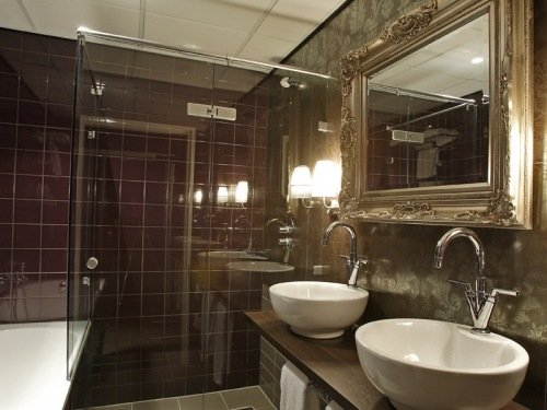 Bathroom with bath Suite Hotel Mijdrecht Marickenland